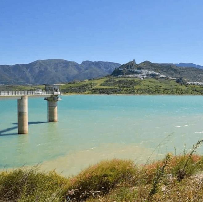 Andalusian valkoiset kylät Zahara de la Sierran järvi