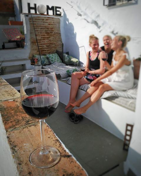tytöt nauraa tarifan kattoterassilla
