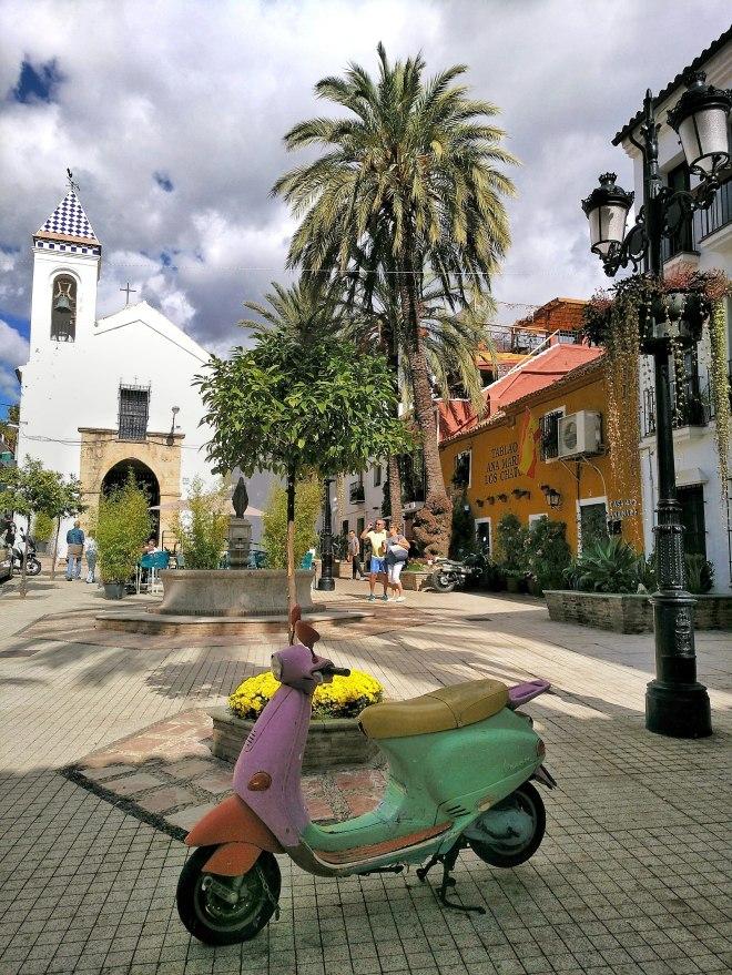 kirkko aukio Marbellassa
