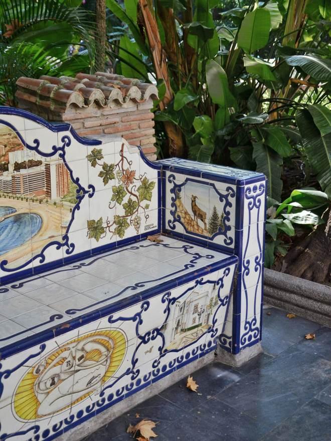 Marbellassa puistonpenkki mosaiikkilaatat