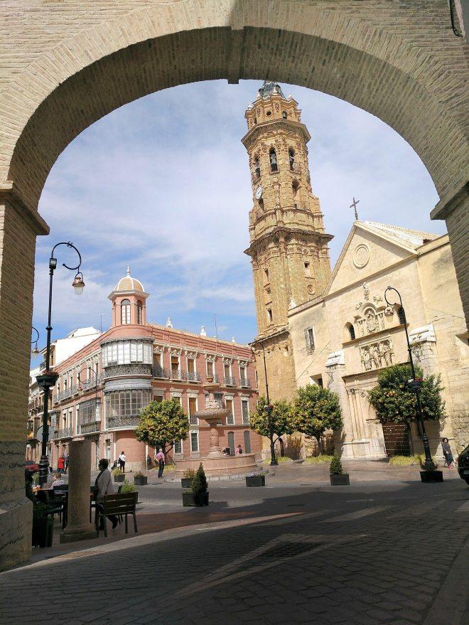 San Sebastianin aukion kirkko kaaren takana