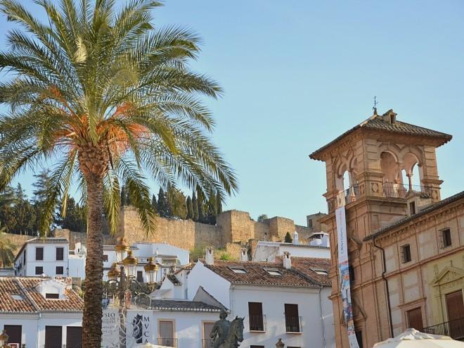 Antequerassa kaunis palmu linna ja torni