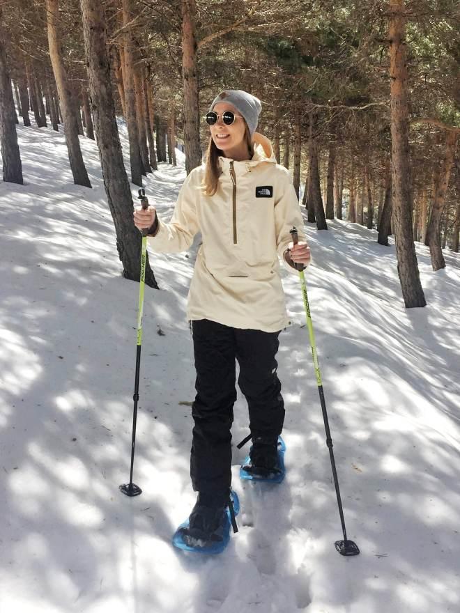 sierra nevadan metsässä lumikenkäilemässä